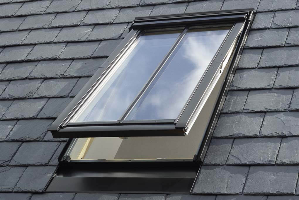 VELUX ROOF WINDOW ROOF FITTING IN STAFFORDSHIRE STATUS ROOFING
